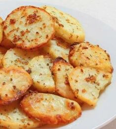 Baked Garlic Potato Slices -Simple and healthy snack to make. Just sliced up potatoes, sprinkled with salt, garlic, and seasoning. Then baked in oven. Potato Side Dishes, Vegetable Dishes, Vegetable Recipes, Vegan Recipes, Cooking Recipes, Cooking Time, Delicious Recipes, Baked Garlic, Roasted Garlic