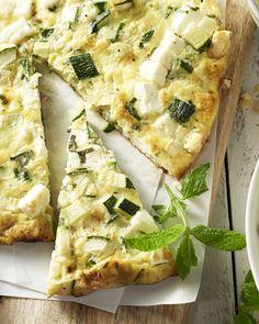 Een frittata is een Italiaanse omelet die je verder in de oven gaart. De combinatie van courgette, munt en feta is overheerlijk. Serveer met een fris slaatje.