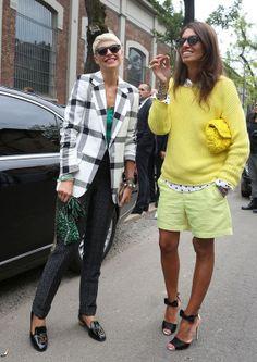 Dúo de estilo A la derecha, jersey de punto amarillo flúor, shorts verde pistacho con camisa de puntos y clutch amarillo de acabado artesanal. A la izquierda, blazer de estampado cuadrillé en blanco y negro, pantalones retro y bolso joya.