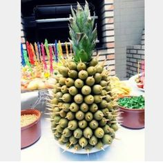 Appetizers served on a pineapple. Party Trays, Party Snacks, Appetizers For Party, Fruit Decorations, Food Decoration, Havanna Party, Cocktail Sausages, Fingerfood Party, Picnic Foods