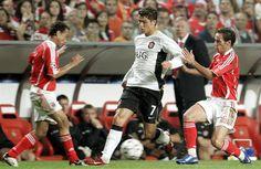 Léo e Petit (SL Benfica) tentam desarar Cristiano Ronaldo (MU) - 2006.