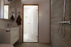 JELD-WENin ADVANCE-valikoiman SquareW+ on koristeellinen silkkipainettu lasiovi, joka soveltuu erinomaisesti kylpyhuoneen oveksi. Bathroom Lighting, Spa, Mirror, Furniture, Home Decor, Bathroom Light Fittings, Homemade Home Decor, Mirrors, Home Furnishings