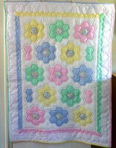 Otro increíble manta del bebé (o tejido) de Sarah. Gran unisex colores son verde, amarillo, azul y rosa, todo un fondo blanco. No olvide de mirar las fotos de detalle: esta colcha entera se compone de piezas cosido juntos hexagonales de la tela, la pieza precisamente para crear flores. Cada solo lado de cada hexágono solo de tela era mano acolchado. Sólo una ingeniosa y hermosa pequeña colcha. Dimensiones aproximadas: 51 X 37 Tenga en cuenta que los tejidos hechos a mano es diferente. Las…