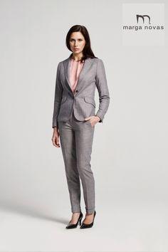 Un traje de chaqueta y pantalón en colores básicos no puede faltar en nuestro fondo de armario de otoño por ello os proponemos este en tono gris con sutil detalle de raya en rosa.