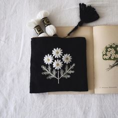 The Beauty of Japanese Embroidery - Embroidery Patterns Embroidery Bags, Japanese Embroidery, Embroidery Thread, Cross Stitch Embroidery, Embroidery Patterns, Pochette Diy, Embroidery Techniques, Craft Patterns, Sewing Crafts