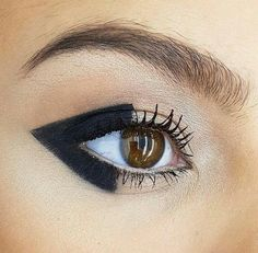 makeup tips makeup looks easy blue eye makeup makeup at home makeup new makeup blue eyes makeup q tips makeup trends 2020 Makeup Trends, Makeup Inspo, Makeup Inspiration, Eye Makeup Blue, Makeup Black, Runway Makeup, Beauty Makeup, Hair Makeup, Makeup Eyes