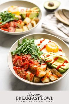 Savory Breakfast Bowl - a healthy, delicious and easy breakfast and brunch! Filled with roasted potatoes, roasted tomatoes, avocados, egg arugula and drizzled with sriracha. Also perfect for meal prep and breakfast in bed on Valentine's Day! Gluten free and vegetarian. #ad #breakfast #brunch #potato #healthy #breakfastinbed #bowlrecipe #egg #avocado #mealprep #glutenfree #vegetarian @idahopotato