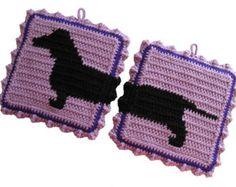 Handgemaakte teckel hond sierpotten. De teckel silhouetten zijn haakwerk in zwart tegen een heldere rode achtergrond. Pannenlappen zijn dubbel dik en het achterpaneel is haakwerk in het rood. Sierpotten zijn omzoomd met Bourgondië en afgewerkt met een lichte rode haak ruffle.  Sierpotten meet ongeveer 8 inch (20 cm) vierkant. Pannenlappen heb een opknoping lus aan de bovenkant van elk en ze naast elkaar kunnen worden opgehangen.  Deze set is gemaakt om te bestellen en als je verschillende…