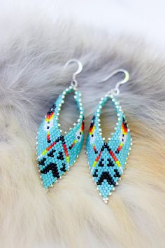 Earrings Feather Feather and bear print seed bead earrings - Handmade seed bead earrings with feather and bear print design. Beaded Earrings Native, Beaded Earrings Patterns, Seed Bead Patterns, Bracelet Patterns, Bead Earrings, Etsy Earrings, Beaded Bracelets, Beading Patterns, Beading Ideas