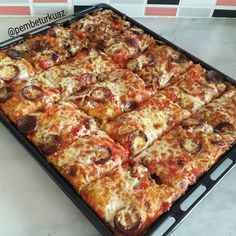 Y a-t-il une pizza parmi vous? Iftar, Cauliflower Rice, Pepperoni, Vegetable Pizza, Lasagna, Food And Drink, Cheese, Vegan, Ethnic Recipes