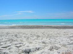 Rosignano Solvay Přímořské rekreační středisko známé sněhově bílými plážemi, které se podobají tropickým plážím v Karibiku. Tyto čarokrásné pláže nevytvořila příroda, ale člověk. Nedaleko se totiž nachází chemické továrny, které produkují jako odpad vápenec a jeho deriváty, které můžou za netypický bílý vzhled zdejších pláží. Nicméně vše je zdravotně nezávadné a zdejší chemicko-tropické pláže tak v létě lákají davy turistů, kteří rádi přehlédnou i komíny chemičky jen pár metrů opodál.