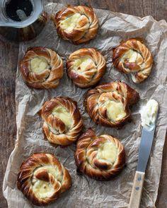"""Emma Brink Rask on Instagram: """"Kanelbulle who? Jag har redan glömt och gått vidare till de här vaniljbullarna med vaniljkräm. Nåt av det godaste en kan fika på, enligt…"""" Swedish Recipes, Spanakopita, Food Cravings, Caramel, Recipies, Muffin, Brunch, Yummy Food, Vegetables"""