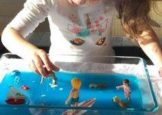 Bac sensoriel en gel - Activité enfant | Babilou Montessori Baby, Montessori Activities, Lunch Box, Centre, Halloween, Bento Box, Spooky Halloween