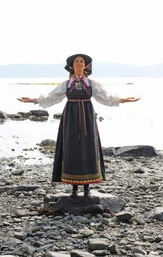 Bringeklutbunaden fra Vest-Telemark - Magasinet Bunad Folk Costume, Costumes, Bridal Crown, Traditional Outfits, Norway, Vest, Study, Clothes, Dresses