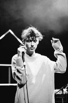 I love pictures of Troye Sivan during concerts