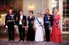okt.- 2012. Kongen og Dronningen holdt  gallamiddag til ære for Finlands president Sauli Niinistö og fru Jenni Haukio på Det kongelige slott. Fra v. Kong Harald, Finlands president Sauli Niinistö, fru Jenni Haukio, dronning Sonja, kronprins Haakon og kronprinsesse Mette-Marit.