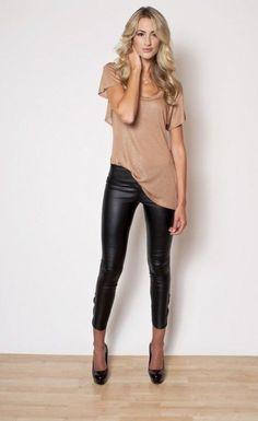 Acheter la tenue sur Lookastic:  https://lookastic.fr/mode-femme/tenues/t-shirt-a-col-rond-brun-clair-leggings-en-cuir-escarpins-en-cuir/7873  — T-shirt à col rond brun clair  — Leggings en cuir noirs  — Escarpins en cuir noirs