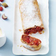 Rhabarber-Erdbeer-Strudel - Dieser Hingucker gelingt Ihnen mit links: In einen Teig, hauchdünn von der Rolle, werden frostige Früchte eingewickelt.⎜Küchengötter