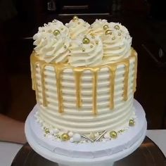 cake decorating videos Gold color seems good on any cake Credit: Cake Decorating Frosting, Cake Decorating Videos, Birthday Cake Decorating, Cool Birthday Cakes, Cake Decorating Techniques, Birthday Cake Designs, Pretty Cakes, Beautiful Cakes, Amazing Cakes