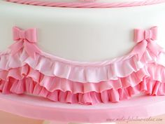 Creating Ruffles with Fondant {make fabulous CAKES} #cake #dessert