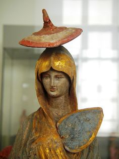 Es la estrella de las figuras de Tanagra que se encuentran en el Museo Altes de Berlín.