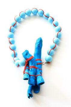 Halskette. Schwemmholz, alte Kunststoffperlen, roter Baumwollfaden, Messing, cyan Tinte. 2012