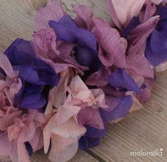 Detalle de corona de flores preservadas para el pelo PUENTEDEY en colores lila, malva  y rosa para boda by malonsilla