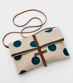 All about DIY bags! DIY bags for cosmetic, leather bags, handmade bags and more. My Bags, Purses And Bags, Coin Purses, Foldover Crossbody Bag, Diy Pochette, Handmade Bags, Handmade Bracelets, Beautiful Bags, Fashion Bags