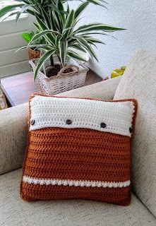 Dit is de achterkant van het gehaakte kussen in berrystitch, deze achterkant heeft grote houten knopen Taupe, Throw Pillows, Blanket, Crochet, Beige, Toss Pillows, Cushions, Decorative Pillows, Ganchillo