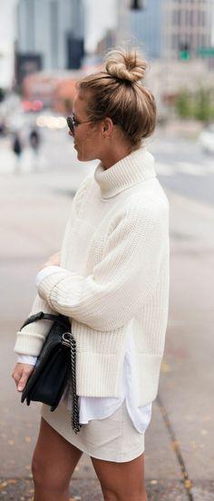 une tenue chic et simple à la fois, pull oversize à col roulé, chemise blanche et jupe blanche