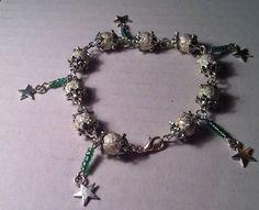 ~~Un joli bracelet, original et élégant, il sera parfait pour donner de la féérie à vos tenues de soirée. Succession de perles strass dans des coupelles argentées, ce bracelet de 17 cm environ est chic et brillant. ------------------ faites-vous plaisir...