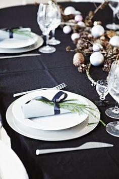 Et rigtigt julehus simple Christmas table setting Nordic Christmas Decorations, Christmas Table Settings, Christmas Tablescapes, Holiday Tables, Christmas Candles, Natural Christmas, Green Christmas, Beautiful Christmas, Simple Christmas