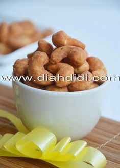 Diah Didi's Kitchen: Kacang Mede Telur Pedas Indonesian Desserts, Indonesian Food, Dog Food Recipes, Cookie Recipes, Snack Recipes, Savory Snacks, Healthy Snacks, Diah Didi Kitchen, Food And Drink