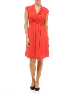 On apprécie la robe en maille jersey, pour son confort, mais aussi parce qu'elle sublime la féminité. Avec son joli décolleté son effet drapé, elle nous fait craquer.
