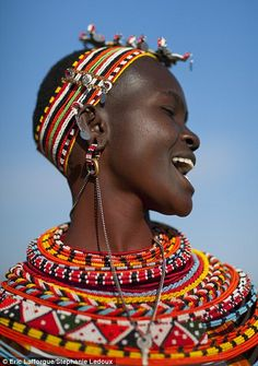 Samburu woman- Kenya By Eric Lafforgue. The Samburu are closely related to the Maasai. Cultures Du Monde, World Cultures, African Tribes, African Women, We Are The World, People Around The World, Tribu Masai, Black Is Beautiful, Beautiful People