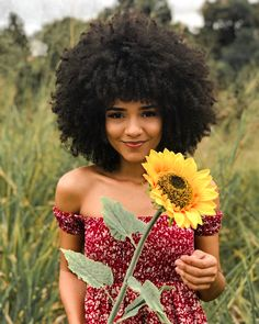 The right actions to style your curly hair To have curly hair naturally there are some golden rules. Wash your hair gently so as not to dry the scalp, and detangle after applying a conditioner. Pelo Natural, Natural Hair Tips, Natural Curls, Natural Hair Styles, Style Afro, Curly Hair Styles, Pelo Afro, Afro Textured Hair, Afro Hairstyles