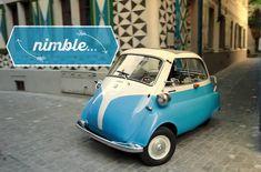 """1950年代にイタリアの自動車メーカーであるイソが発売し、その後もBMWによってライセンス生産された""""バブルカー""""「イセッタ」。 スクーターやキックボードを製造するスイスのメーカー、マイクロ・モビリティ・システムズ社が開発した現代版イセッタ「マイクロリーノ」"""