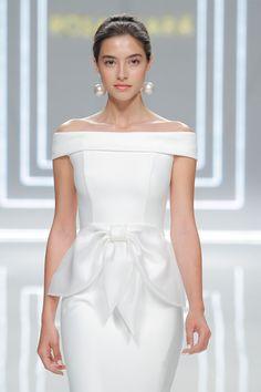 Variedad de estilos y siluetas en las propuestas de Rosa Clará para 2017. Hoy en el blog, todos los detalles de su nueva colección!  http://www.unabodaoriginal.es/blog/de-la-cabeza-a-los-pies/vestidos-de-novia/rosa-clara-coleccion-2017 #rosaclarabridal2017 #rosaclara #novia #novias #bride #vestidosnovia #weddingdress #wedding #unabodaoriginal #bbw16
