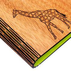 Ideal para regalo hecho a mano en Colombia. Diseño moderno y exclusivo ideal para esa persona chic amante de la naturaleza Libreta con cubierta de madera ecologica de papel reciclado, argollada. Con elástico sujetador. Tamaño A7. 60 hojas. Medidas: 14,5 x 11.5 x 2cm Cuaderno de hojas de papel reciclado Resistente Facil de usar Liviana y práctica Calidad y durabilidad Tapas de madera Acabados naturales con gomalaca y cera natural Argollado doble. Banda de cierre y sujeción de resorte…