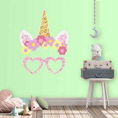 Vinilo decorativo que simula la cara de un unicornio con diadema y gafas. Un diseño de lo más divertido que puedes utilizar en cualquier espacio infantil.