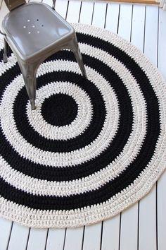 Eko-ontelokuteesta virkattu 140cm mustavalkoraidallinen matto.