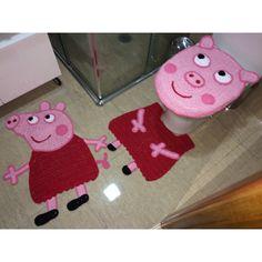 Jogo de tapete de crochê Peppa Pig com 3 peças, confeccionado em barbante de alta qualidade. <br>Dimensões: <br>Tapete piso 68 x 40 cm <br>Tapete vaso 45 x 34 + abas 7 cm <br>Tampa do vaso 48 x 38 cm <br>Poderá haver pequena diferença nas medidas por se tratar de trabalho manual.