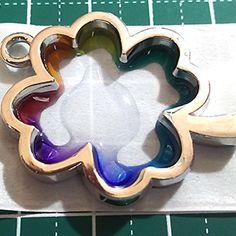 こんにちは( ´ ▽ ` )ノ 今日は虹色のレジンモチーフを作ってみようと思います。 可愛いクローバーの空枠を…