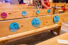 grosses étiquettes pour le placement de la famille proche et du cortège, car le cortège était assez long (18 adultes et 6 enfants) pour éviter que les gens arrivent au bout de l'allée et ne sachent pas où se placer ( la veille distribution aux intéressés un plan de l'église avec la place de chacun (u Idem pour que chacun connaisse sa place dans le cortège.