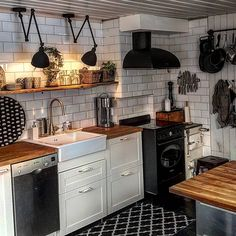 The video consists of 23 Christmas craft ideas. Kitchen Dinning, Kitchen Decor, Industrial Farmhouse Decor, Tiny Living, Rustic Interiors, Interior Design Inspiration, Interior Design Living Room, Home Kitchens, Sweet Home