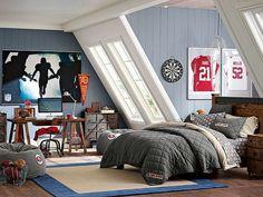 aménagement chambre ado sous les combles avec lambris mural en bleu clair, coin bureau et lit en bois avec literie grise