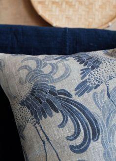 Cushion cover Dancing crane - pude designet af Emma Von Brömssen, gammel bekendt fra Sverige. Hun sender gerne til Danmark. Puden koster 790 svenske kroner.