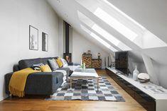 Un duplex con salotto in mansarda