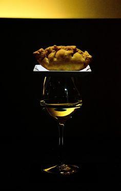 """Una explicación distinta de ¿Porqué llamamos """"tapas"""" a las tapas? White Wine, Red Wine, Tapas, Wine Glass, Alcoholic Drinks, Favorite Recipes, Meals, Tableware, Food"""