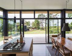 Nyt sommerhus med havudsigt til under en million Metal Windows, Cabins And Cottages, New Home Designs, Scandinavian Home, Cabin Homes, Prefab, Modern House Design, Small Apartments, Home Deco